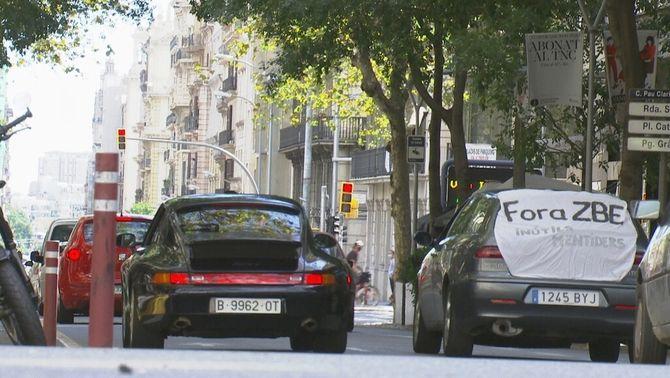 Dos dels vehicles que han participat en la marxa lenta per protestar per la ZBE