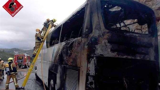 Ensurt per l'incendi a l'AP-7 de l'autocar de la selecció valenciana d'handbol