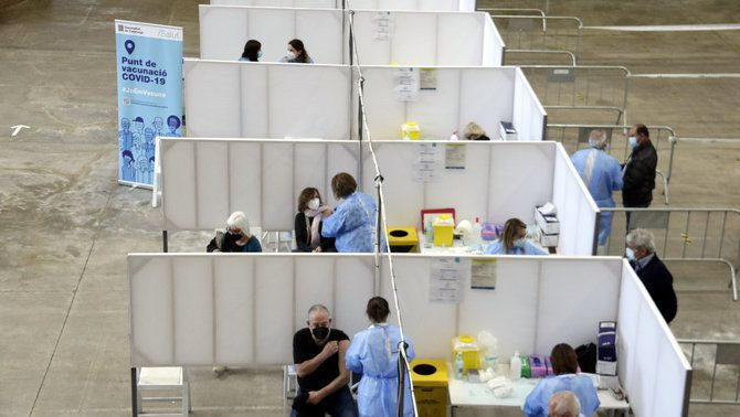 Centre de vacunació massiu amb diverses persones rebent la vacuna