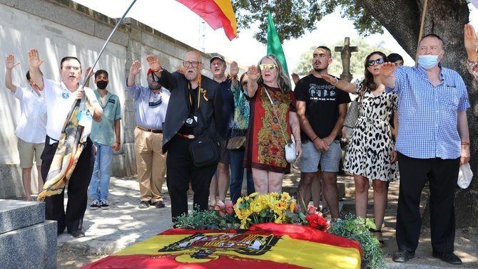 Simpatitzants franquistes, a la tomba de Carrero Blanco al cementiri del Pardo