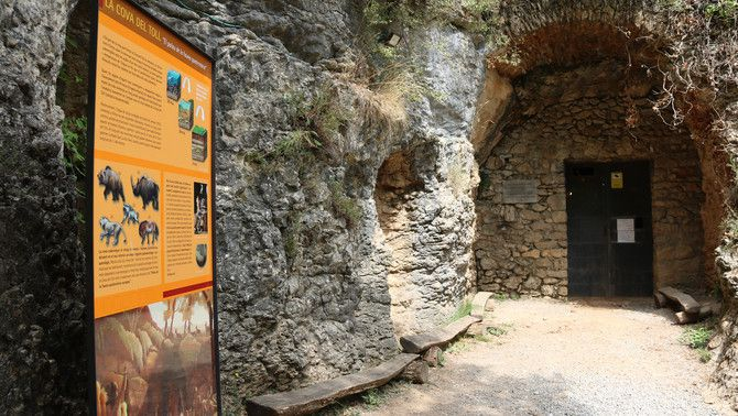 A l'entrada de la cova del Toll hi ha un panot informatiu amb els animals que van viure a la zona
