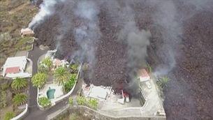 La lava del volcà Cumbre Vieja arriba a les cases de l'illa de La Palma