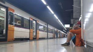Un passatger esperant en una andada de Sants (ACN/Albert Cadanet)