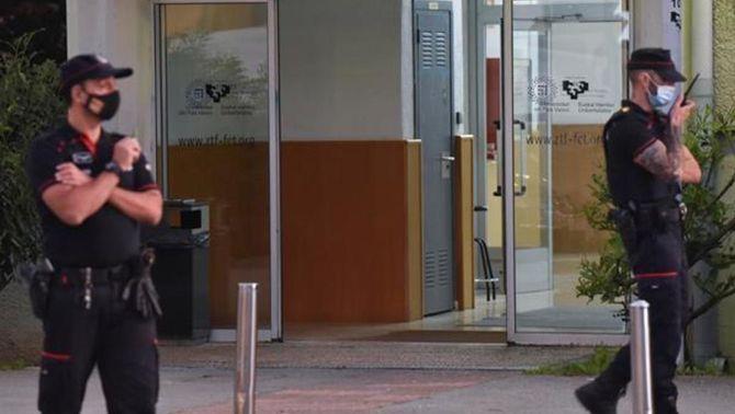 Ertzaines desplegats a les portes de la Facultat de Ciències de la UPV arran del tiroteig