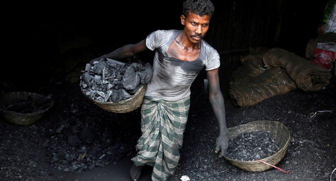 Un treballador transporta carbó a Mumbai, a l'Índia