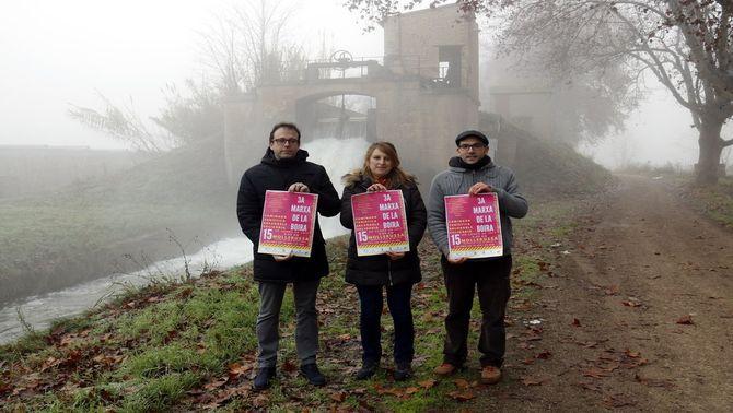 Els organitzadors de la Marxa de la Boira amb els cartells de l'esdeveniment i acompanyats de l'alcalde de Mollerussa, Marc Solsona, el 13…