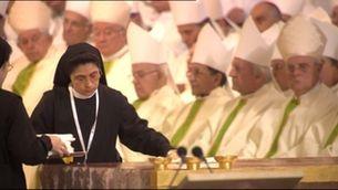 Monges netejant l'altar de la Sagrada Família durant la visita del papa el 2010