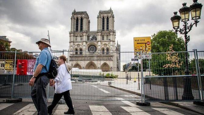 Turistes davant l'esplanada de Notre-Dame, aquest dimecres (EFE)