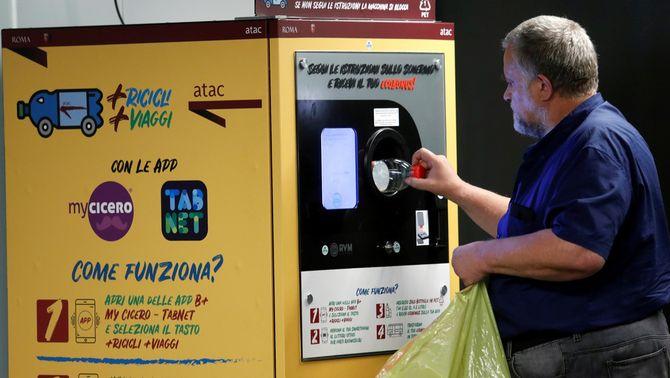 Plàstic per un bitllet de metro: Roma recicla 20.000 ampolles al dia amb aquesta idea