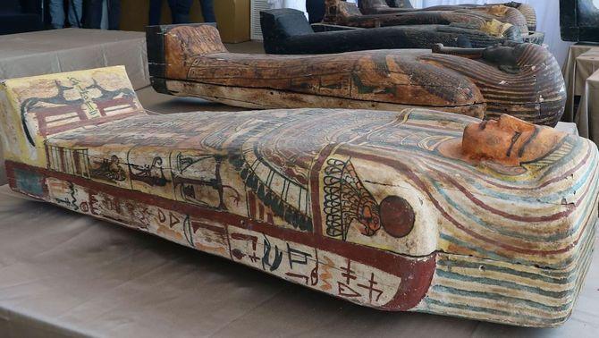 Alguns dels sarcòfags descoberts a la necròpolis de Saqqara (EFE/Khaled Elfiqi)