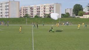 Un paracaudista aterra en un camp de futbol... i rep targeta groga!