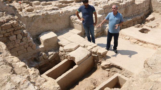 Dos dels arqueòlegs davant dels sarcòfags trobats en una de les zones de l'excavació