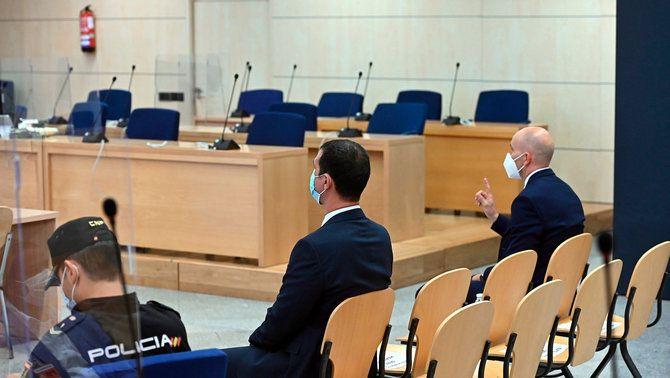 Pla general del judici a l'Audiència Nacional contra dos mossos d'Esquadra, d'esquena, que acompanyaven Puigdemont a Alemanya el març del 2018, el 6-7-21 (Horitzontal).