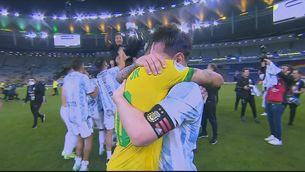 L'abraçada eterna entre Messi i Neymar