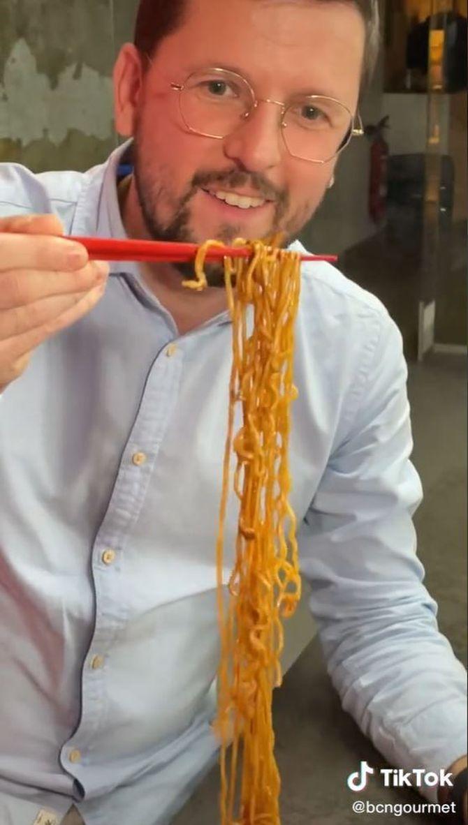 El TikToker menja un yakisoba amb bastonets xinesos