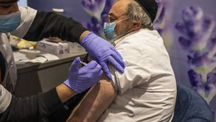 Un jueu ortodox es vacuna a Jerusalem, al gener (Europa Press/Ilia Yefimovich)