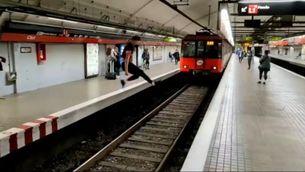 Es grava saltant per sobre les vies davant el metro