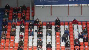 Públic assegut amb distància a l'estadi Anxo Carro de Lugo (Europa Press/Carlos Castro)