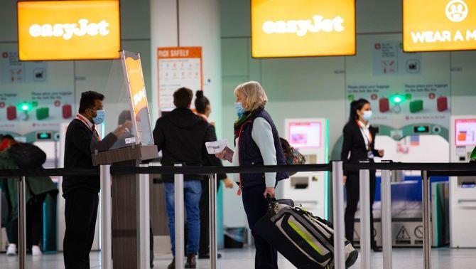 Passatgers a l'aeroport de Gatwick, al Regne Unit, al mes de maig