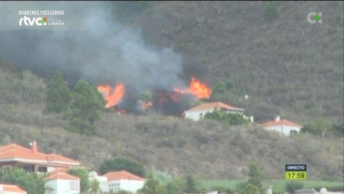 El foc provocat per la caiguda de rocs de lava ha arribat molt a prop de zones habitades