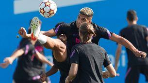 Araújo, durant l'entrenament previ al partit contra el Benfica