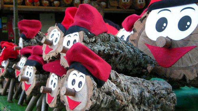 Pessebres i figures, arbres naturals o artificials o tions de totes mides són alguns dels ornaments nadalencs que podem trobar a la Fira de Santa Ll…