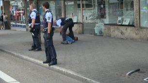 La policia deté l'agressor de Reutlingen. Al terra es veu el matxet amb què ha matat una dona