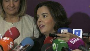 Soraya Sáenz de Santamaría, en una imatge d'arxiu atenent els periodistes (EFE)