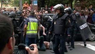 Gairebé 900 ferits per les càrregues policials, dos d'ells greus