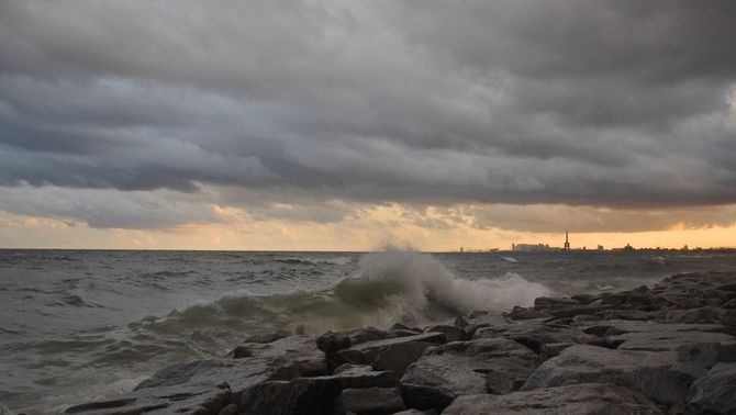Tarda d'aiguats localment intensos i abundants, vent i mala mar