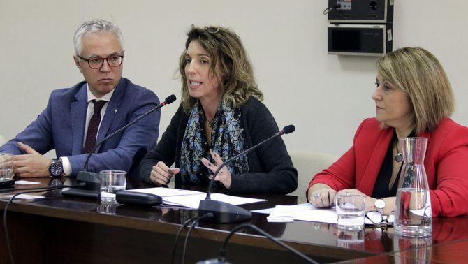 Pla mitjà de la consellera de la consellera d'Empresa i Coneixement, Àngels Chacón, juntament amb l'alcaldessa del municipi, Rosa Pujol, i…