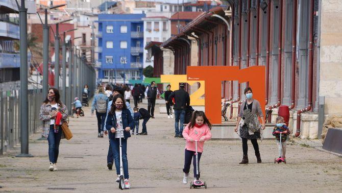 Un grup d'infants jugant al barri del Serrallo, a Tarragona