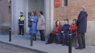 L'Andreu i la Pili a la porta del registre esperen per casar-se