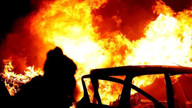 Un cotxe cremant aquest dimecres a la nit a Lanark Way, a Belfast (Reuters / Jason Cairnduff)