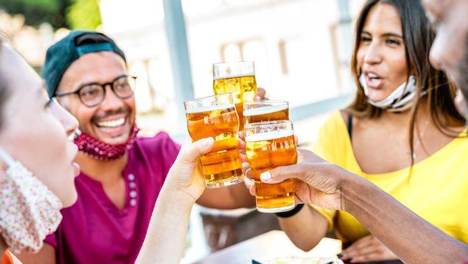 Joves abstemis desafien la pressió social: només el 9% dels catalans no beu alcohol