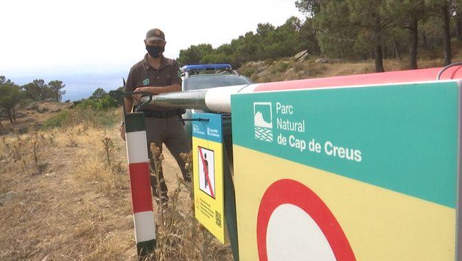 Un agent rural tanca l'accés al cap de Creus