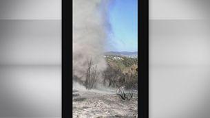 Un remolí de pols i cendres sobre el terreny cremat pel foc de Castellví de Rosanes