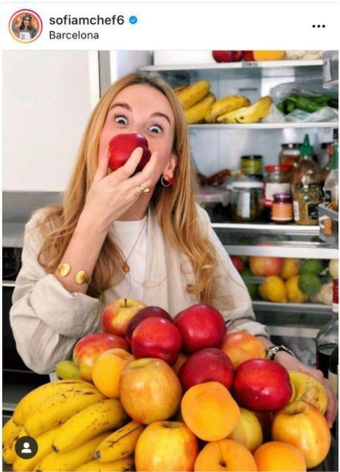 Imatge del compte d'Instagram de la Sofia Janer on surt menjant una poma