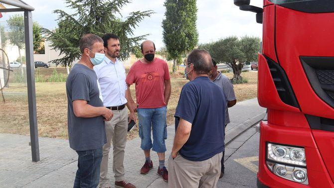 Productors de llet parlant amb el camioner que no ha pogut descarregar a l'empresa Làctia