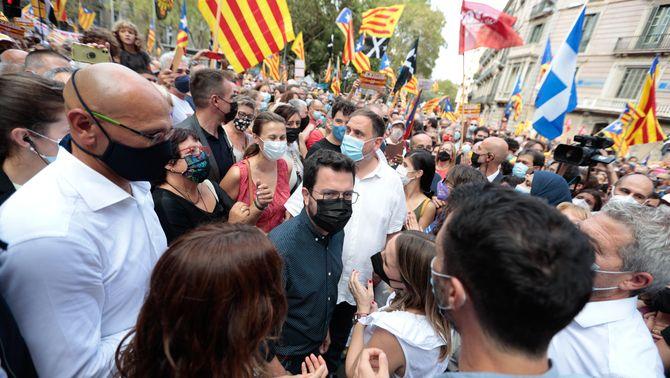 Pere Aragonès amb Oriol Junqueras, Dolors Bassa i Raül Romeva durant la manifestació de la Diada (ACN/ Job Vermeulen)