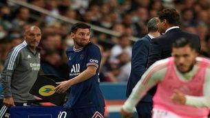 Messi mira Pochettino amb cara de pomes agres després del canvi