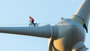 Danny MacAskill segueix sorprenent amb les seves habilitats sobre una bicicleta i rodant sobre l'aspa d'un molí de vent.