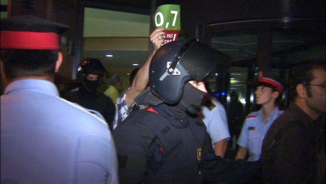 Desallotjades les ONGs catalanes que van ocupar l'Agència Catalana de Cooperació per reclamar els deutes