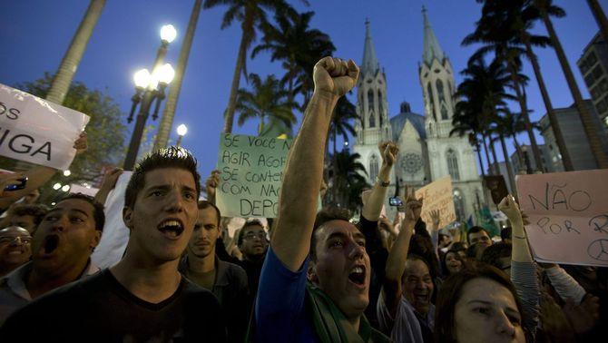La manifestació de Sao Paulo ha començat davant la catedral. (Foto: EFE)