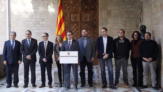"""La consulta serà el 9 de novembre amb una pregunta doble: """"Vol que Catalunya esdevingui un Estat?"""" i, si és que sí, """"Vol que sigui un Estat independent?"""""""