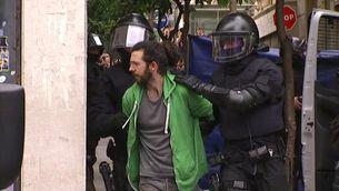 Els Mossos treuen una de les cinc persones que havien tornat a ocupar el Banc Expropiat