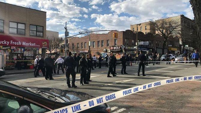 Policies acordonant la zona on els agents han mort a trets un home negre (Reuters)