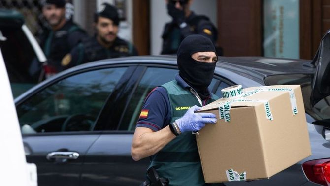 La Guàrdia Civil emportant-se material del pis d'un dels detinguts, a Sabadell (EFE)