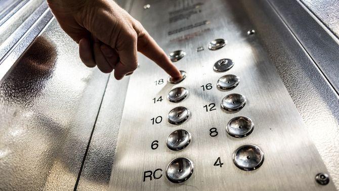 Amb mascareta i en silenci: com minimitzar el risc de contagi a l'ascensor