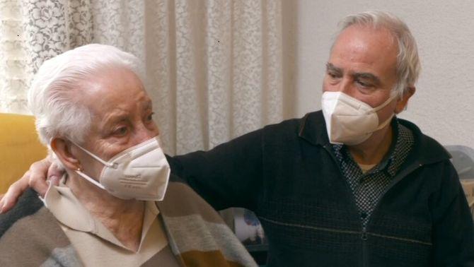 La Rosario, la dona de 97 anys desnonada per error, torna a un pis sense records i mig buit